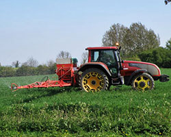 Application of fertilizer by tractor
