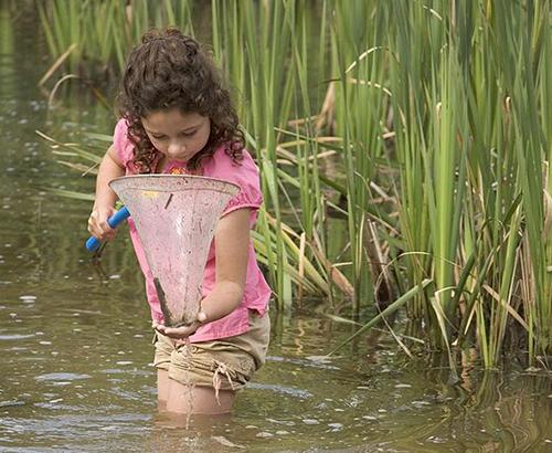 una niña en el lago
