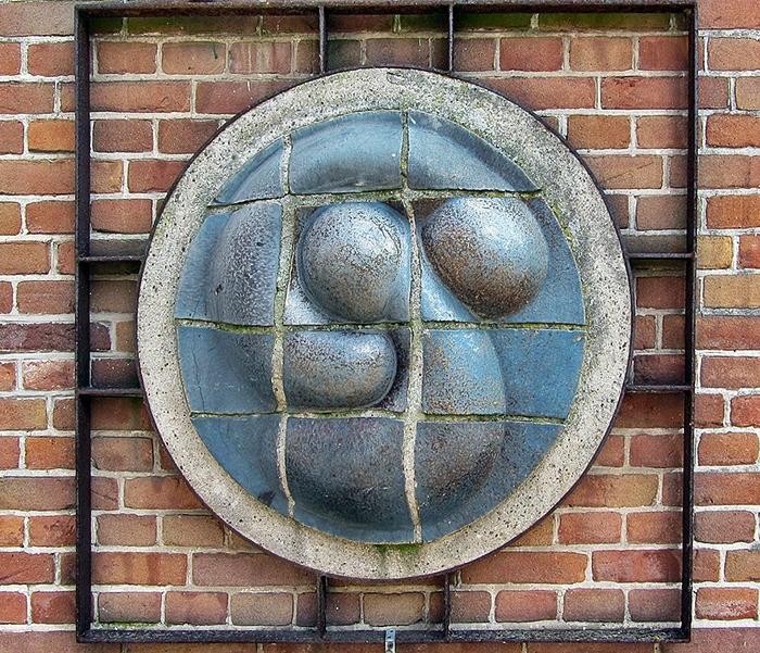 """Sculpture """"Two Embryos"""" by Roel Bendijk"""